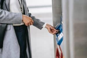 Kreditkarte zum Geld abheben - nicht alle Kreditkarten sind günstig!